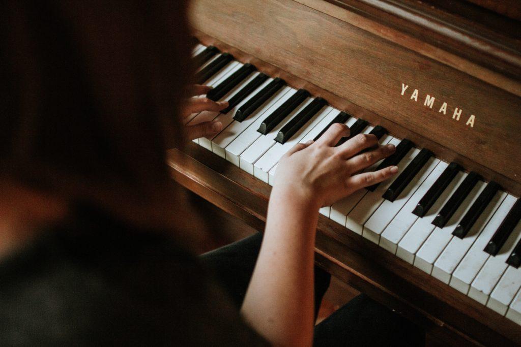 femme joue piano montpellier