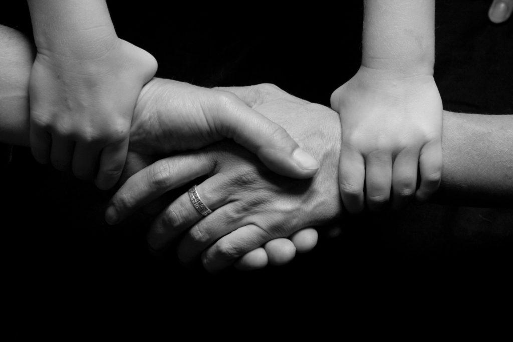 mains jointes solidarité